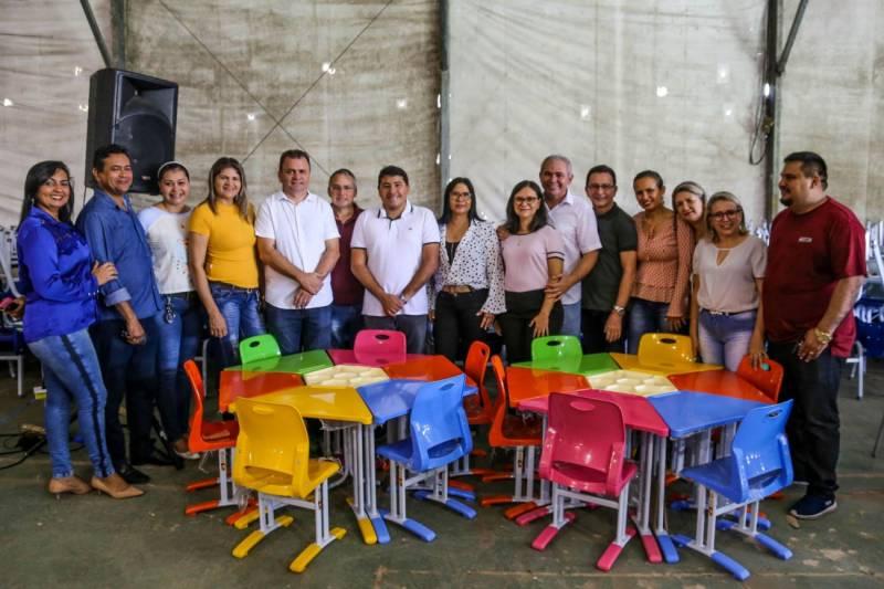 Prefeitura inicia entrega de mesas e cadeiras novas as escolas da cidade