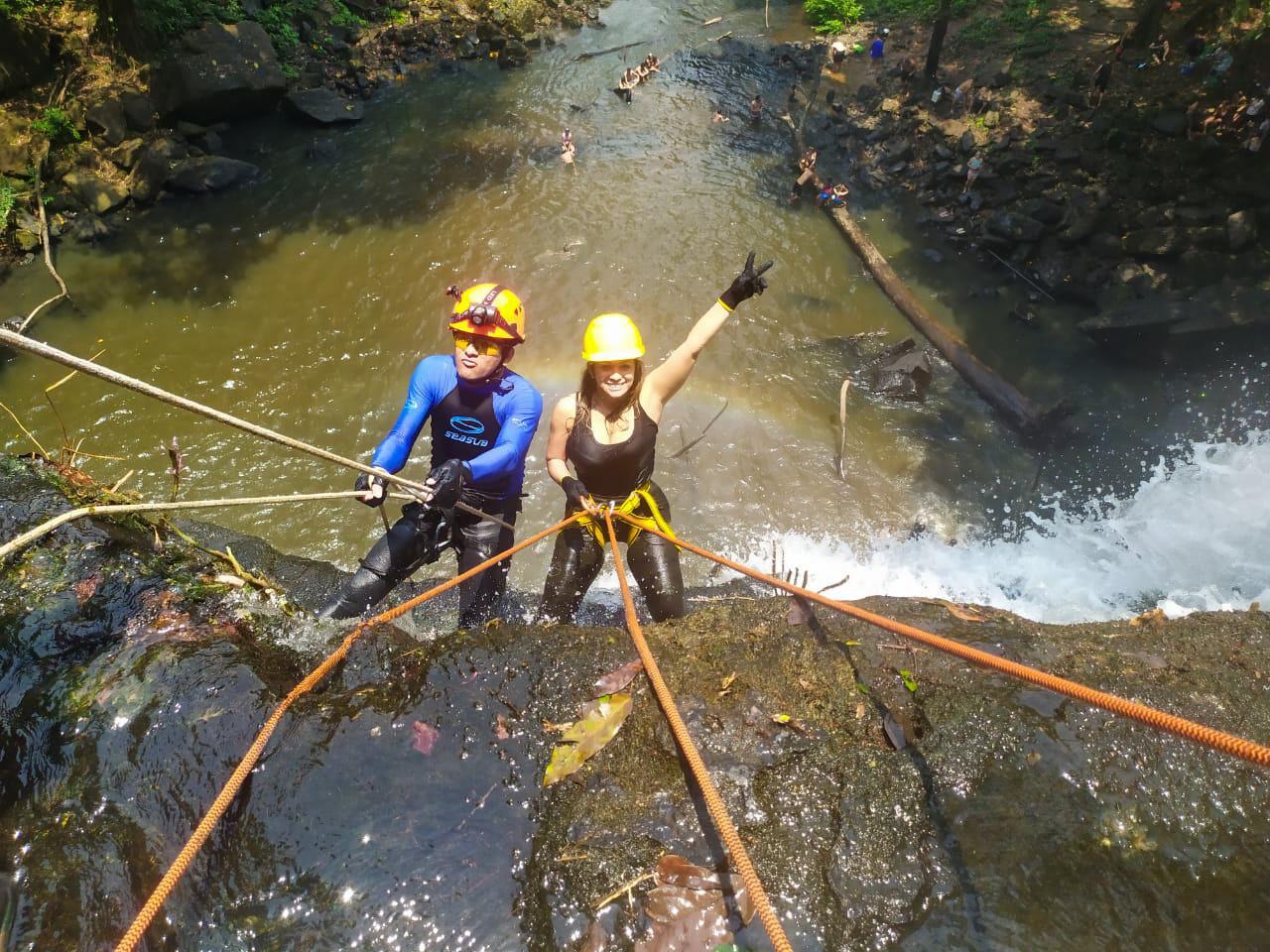 Grupo santareno se aventura em rapel na Cachoeira do Grim em Rurópolis